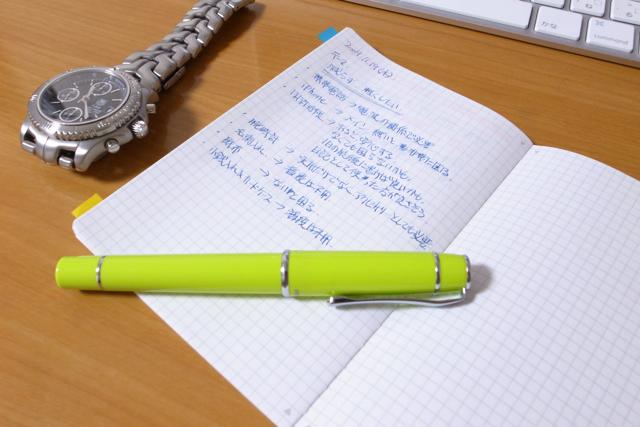 万年筆と、ほぼ日のノートの写真