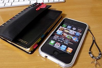 能率手帳 ゴールド + iPhoneの写真