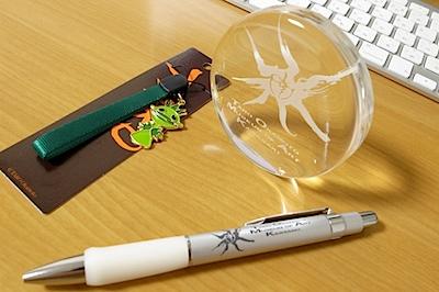 川崎市岡本太郎美術館 グッズ - ペーパーウェイト、ペン、ストラップの写真