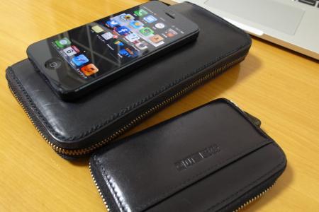 iPhone5と長財布と小銭入れの写真