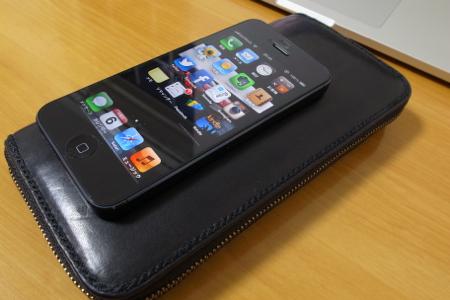 iPhone5と長財布の写真