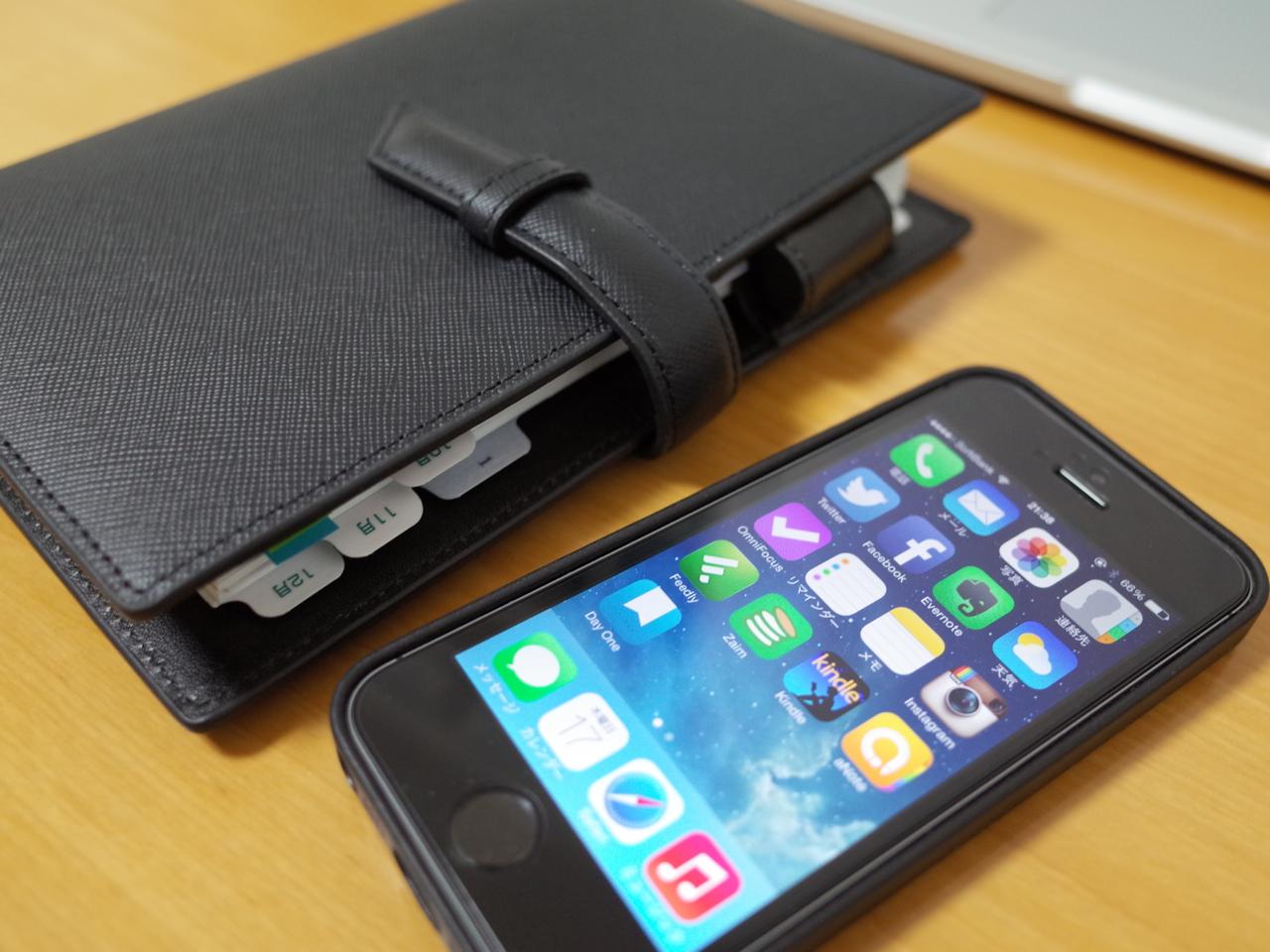 スマートフォンと手書きの手帳の写真