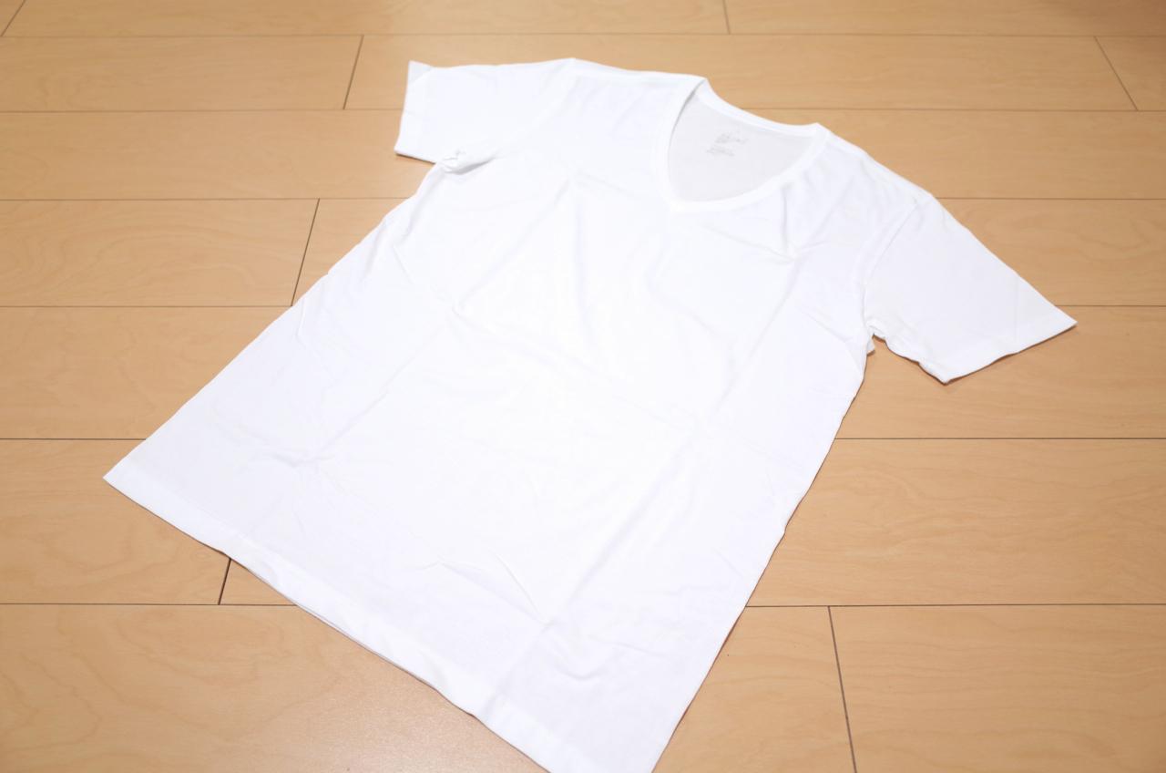 Vネックの白いTシャツの写真