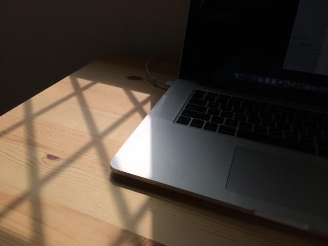 机とMacBook Proの写真